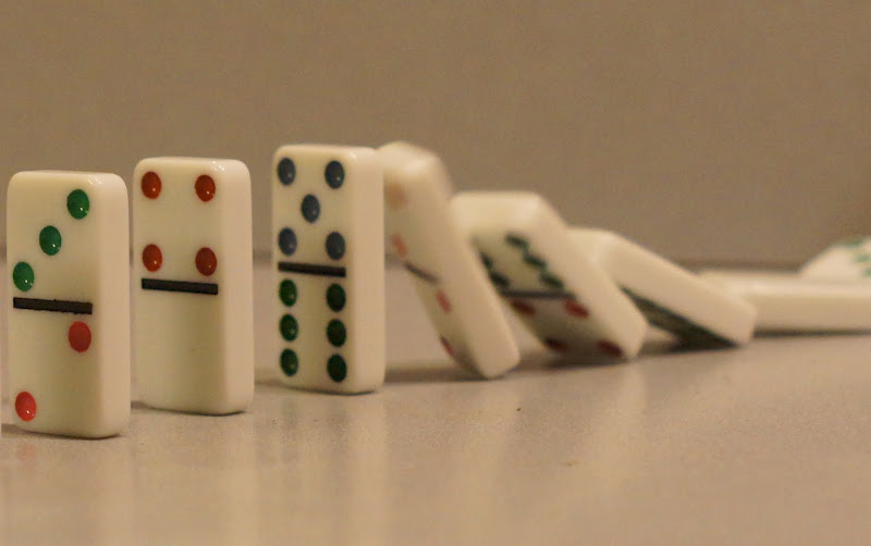 Dominoes falling down_Pixabay