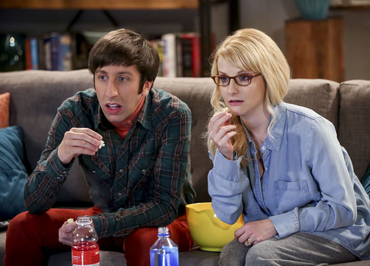 The Big Bang Theory Howard-Bernadette-watching-TV