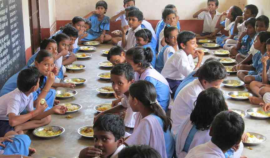 Indian school children eating midday meal schemes-