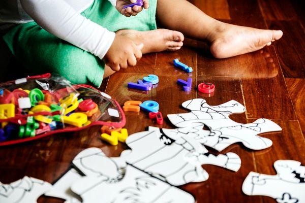 A kid solving a puzzle_Raw Pixel
