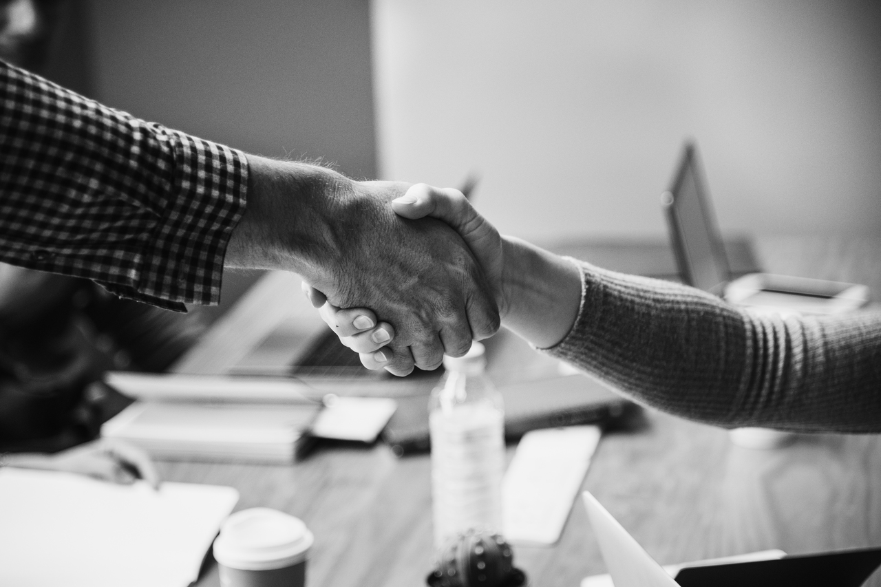 2 people shaking hands