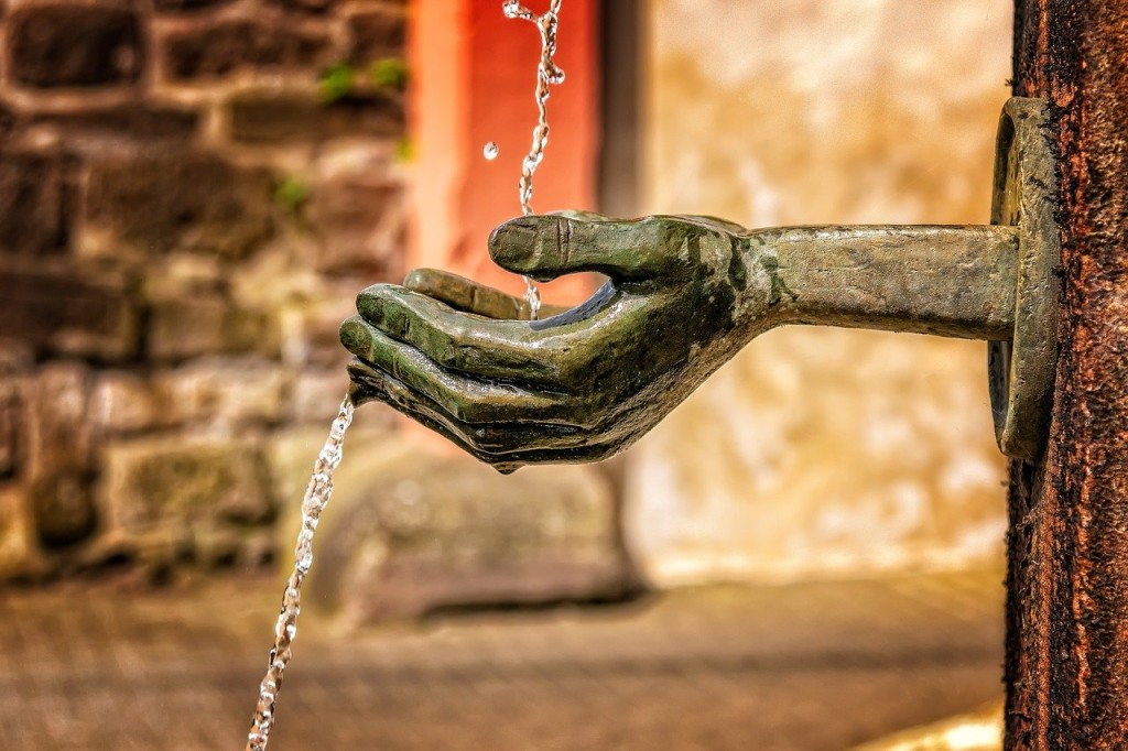 water fountain with hands_pixabay