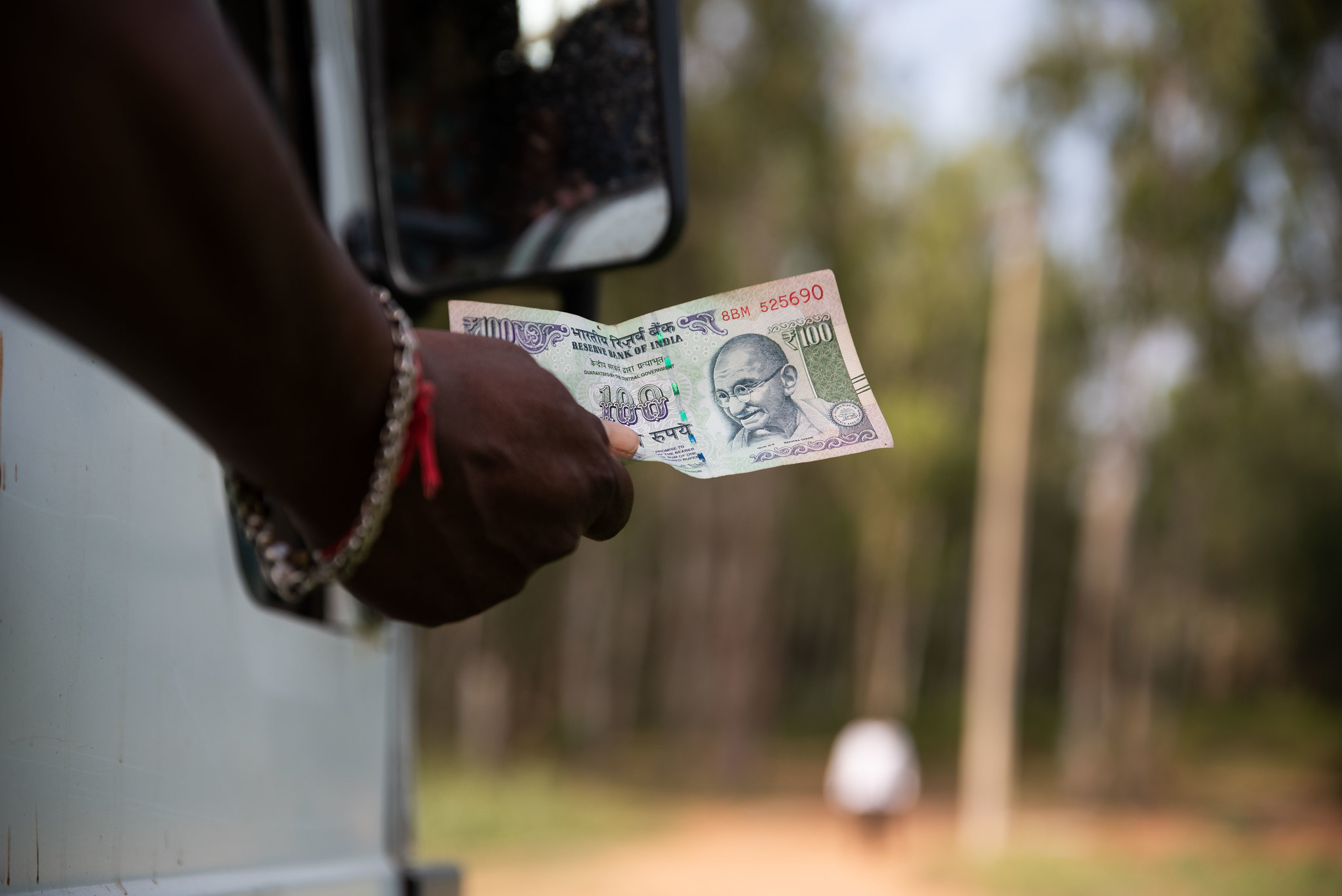 100 rupee note being handed over_CS Sharada Prasad_Flickr