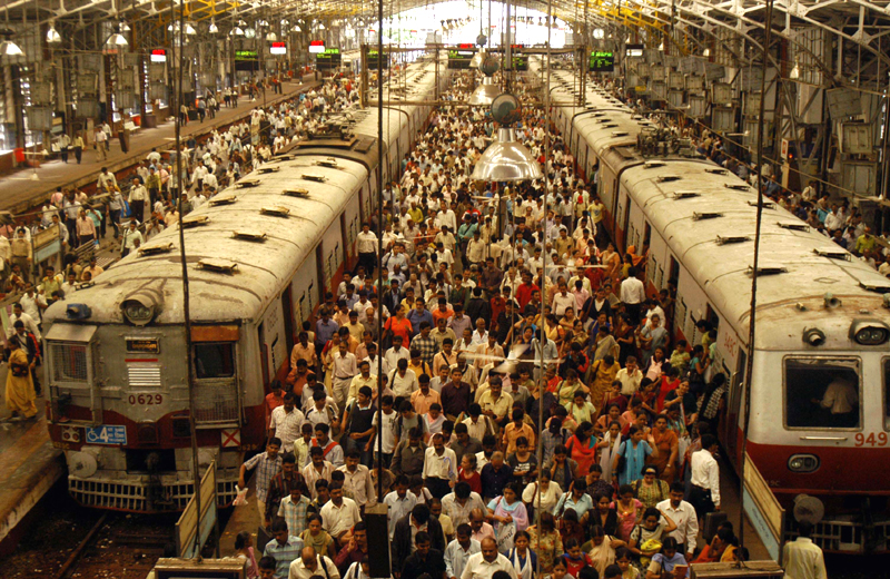 A crowded Indian train station