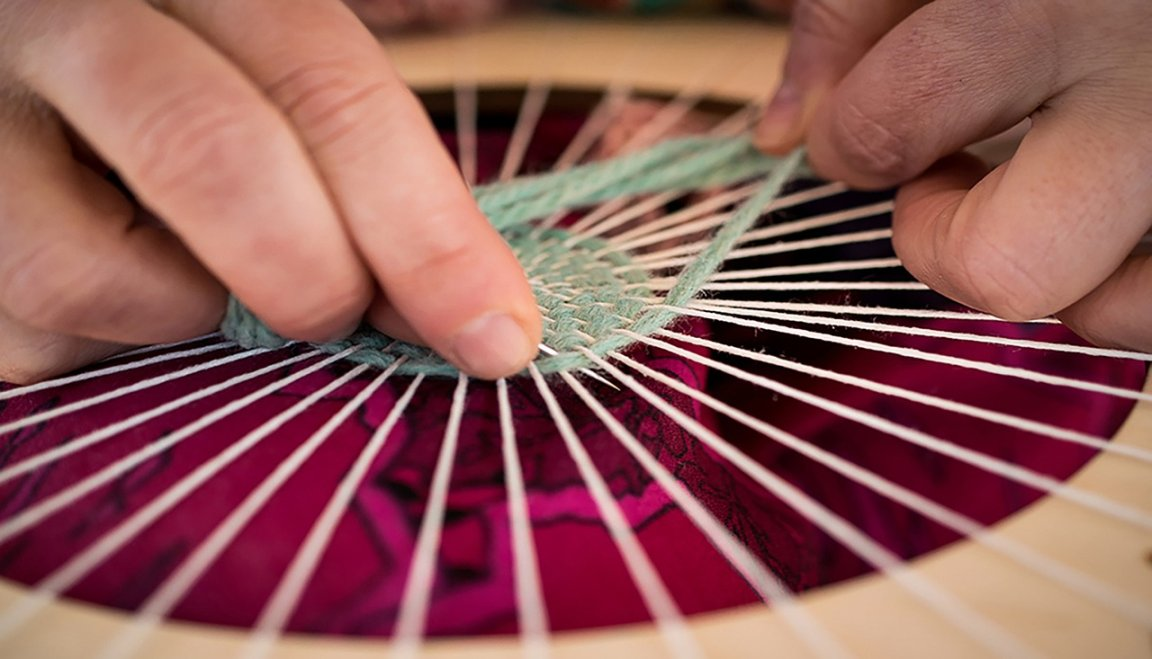 hands weaving a frame_pixabay_jpal